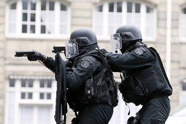 Un policier de la BRI, brigade de recherche et d'intervention.