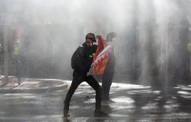 La police va emprunter des lanceurs d'eau aux pompiers
